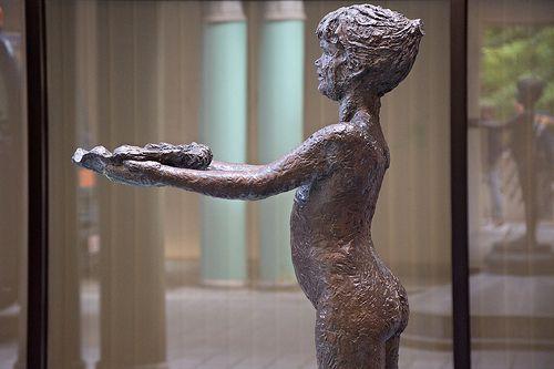 NIÑA #Benalmádena Pueblo, #Málaga. Escultura de la Niña de Benalmádena, realizada en bronce por el escultor Jaime Pimentel, Forma parte del diseño de la fuente principal ubicada en la Plaza de España de Benalmádena pueblo.