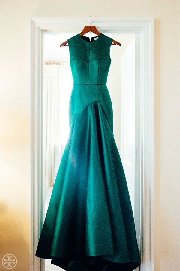Vibrant Green Tory Burch Gown | Noa Griffel Photography | Jewel Tone Wedding Theme { 17 ideas to Use Jewel Tones } https://www.itakeyou.co.uk/wedding/jewel-tone-wedding-theme #jeweltone #wedding #fallwedding: