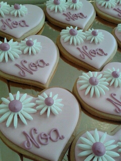 #bautizo Noa #decoratedcookies #galletasdecoradas #heart #corazon #fondant #daisy #margarita #royalicing #sweet #Lleida  www.pastisseriachic.com