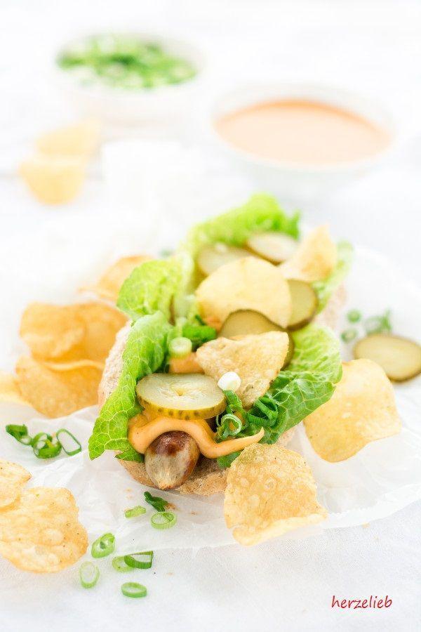 Chili Cheese Dip zu Hot Dog  herzelieb Ihr kennt doch sicher diese warme Käsesoße, die es oft zu Nachos gibt? Sie ist oft besser bekannt ist sie als Cheese Dip zu Nachos und es gibt sie oft im Kino. Diese Käseoße schmeckt ganz fantastisch auch zu Chips oder auf einem Hot Dog mit einer anständigen Grillwurst! Das beste an dem Rezept ... Beilage, Chili, Dip, einfach, Käse, leicht, Rezept, Soße