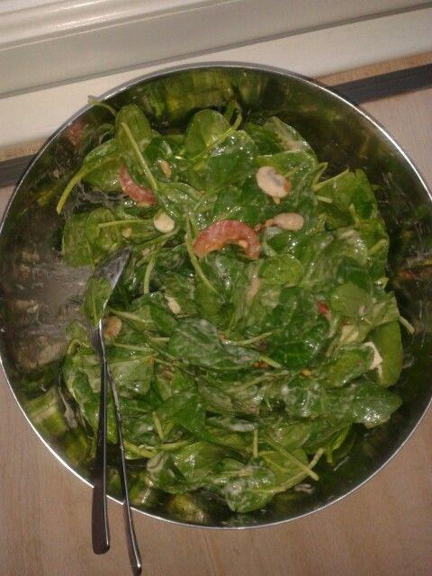 Spinazie salade 300 gr verse spinazie, 1 bakje champignons, 4 grote tomaten, bakje mozzarella bolletjes, pijnboompitjes honing mosterd dressing. Rooster pijnboompitjes in droge koekenpan. doe ze in bakje. champignonplakjes in paar druppels olie bakken.  Spinazie in kom met dressing omscheppen. Tomaten in blokjes en mozarellabolletjes in 4en erdoor. Strooi de champignons en pijnboompitjes over de salade. Kan ook met feta kaas ipv mozzarella