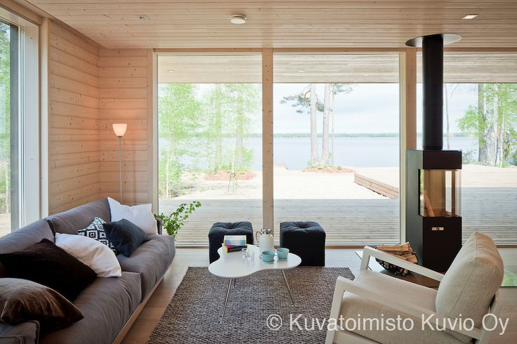 Living room with lake view at Plushuvila.