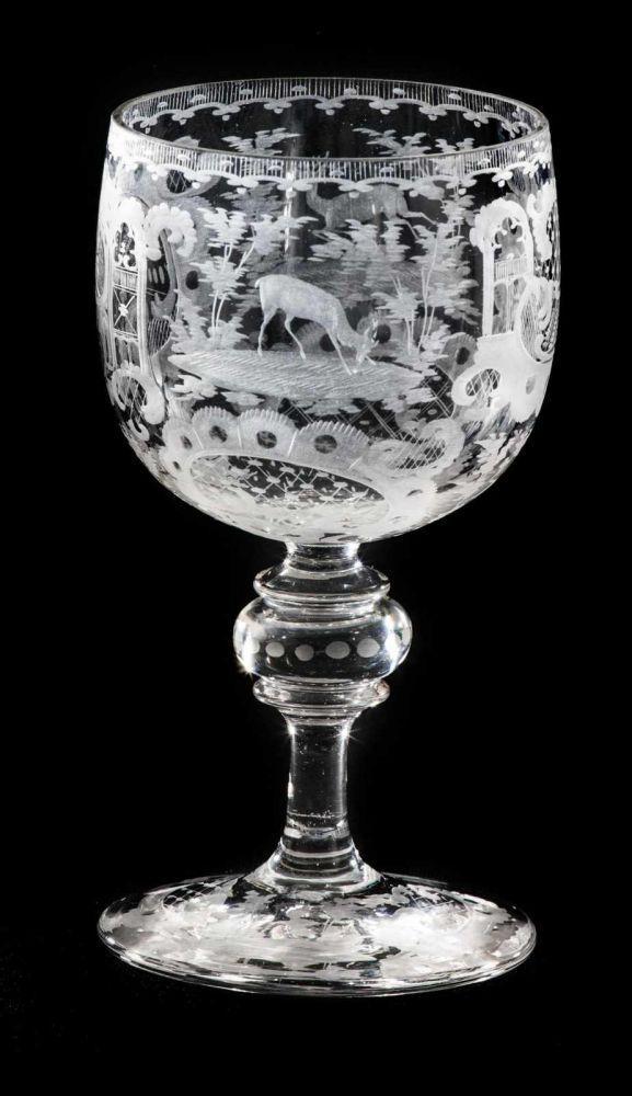 Weinglas mit barockem Jagddekor, farbloses Glas mit Rocaillendekor, Wild und Bäumen. Der runde Stan