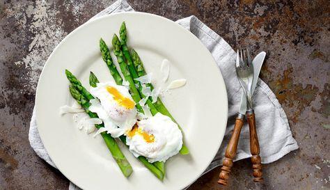 Pochiertes Ei auf grünem Spargel