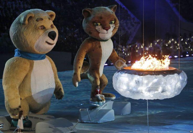 Seekor beruang dan seekor macan tutul, maskot Sochi 2014, mendekati api yang melambangkan kawah Olimpiade yang terbakar, dalam upacara penutupan Olimpiade Musim Dingin 2014, 23 Februari 2014.