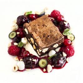 Mogyorós brownie, gyümölcsragu, vaníliás tejföl