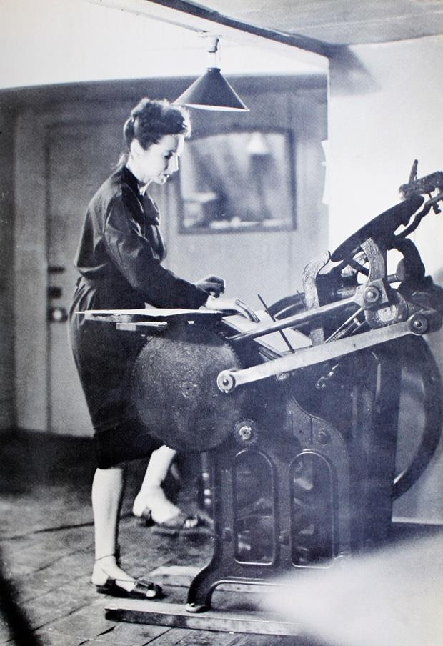 anaïs nin working a letterpress machine in 1942.  #letterpress #printing #anaïsnin