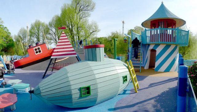 Submarino en un parque de juegos en Goteborg.