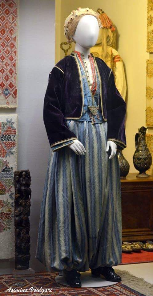 Φορεσιά από τη Μυτιλήνη. Φωτογραφία: Ασημίνα. Βούλγαρη.