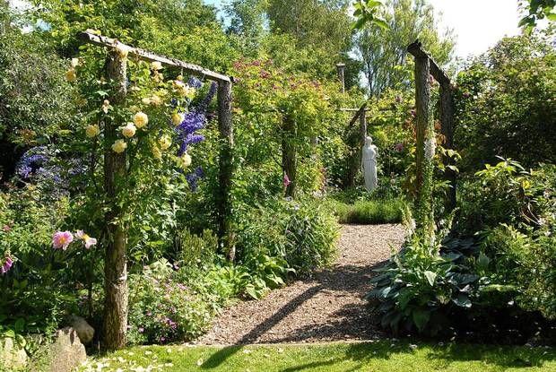 I Marie-Louise Veber Paustians have på Fyn er der både smukke blomster og plads til legende børn. Foto: Nina Ewald