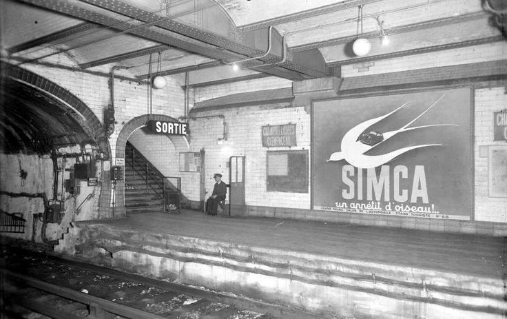 Paris 1973, dernier poinçonneur dans le métro. Station Champs-Elysées-Clemenceau. Réclame Simca dans le métro. John d'Orbigny Immobilier, Facebook.