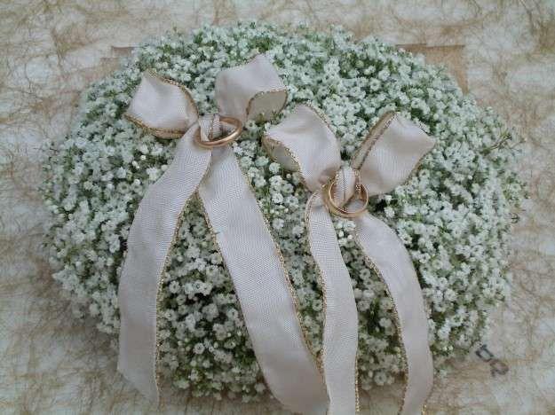 Portafedi con i fiori - Portafedi con fiorellini bianchi
