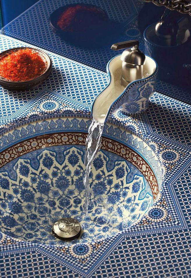 Марокканская плитка- яркий пример восточного элемента в ванной комнате.