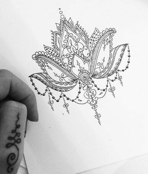 Zu meinem Geburtstag bekomme ich ein Tattoo wie dieses Lotus mit einem 3D-Schmetterling, der darauf landet. Ich bekomme es auf meine Schulter. Es ist meine erste Tat …