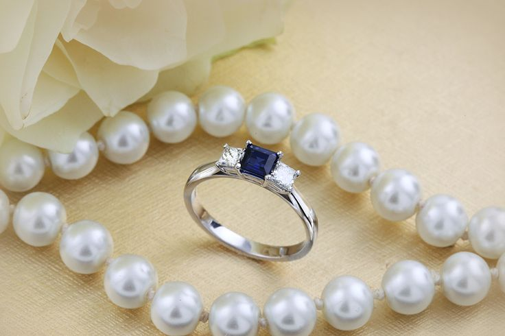 Inel aur alb 18kt cu un safir pătrat în mijloc şi 2 diamante princess în setare cu gheare - RDS462W - pe https://www.royaldiamante.ro
