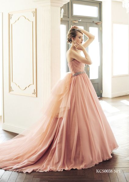 ギンザ クチュール ナオコ(GINZA COUTURE NAOCO) 銀座 アネックス店 爽やかなサーモンピンクが花嫁の笑顔を彩る注目のドレス