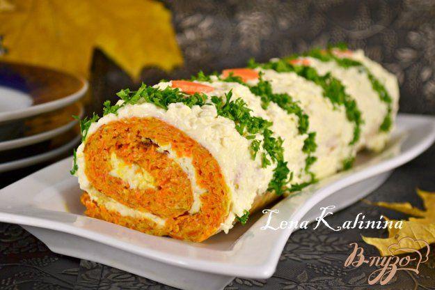 Яркая, вкусная, осенняя закуска для вашего праздничного стола. Пикантный вкус этого овощного рулета вам обязательно понравится. Тесто для коржа готовится без муки.