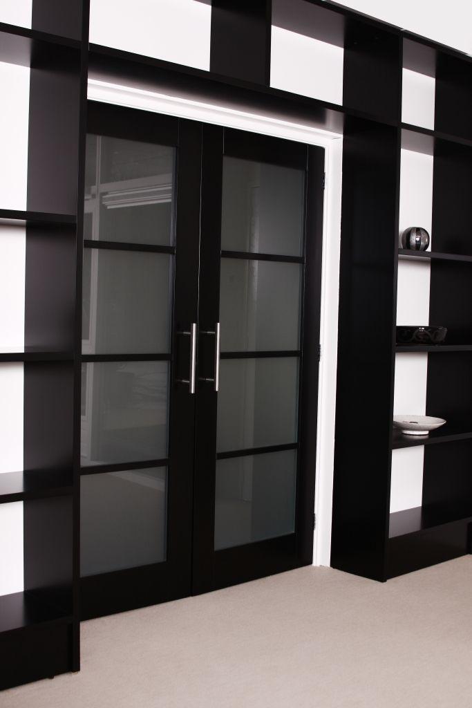 Kamer en Suite Kast Afmeting: 3350x2650x350 mm Materiaal: gelakte meubelpanelen in het zwart uitgevoerd