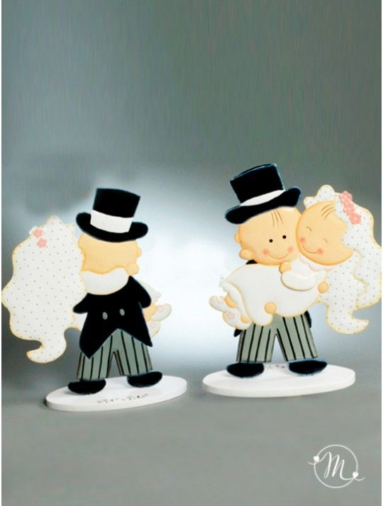 Cake Topper di Latta Sposa in Braccio. Impreziosisci la tua torta nuziale con questo divertente e originale cake topper in latta dipinto a mano con base di legno. Lo sposo solleva la sposa e si dirigono verso un orizzone di amore e gioia. Misure: Altezza 26 cm. Pit & Pita® Collection originale! #caketopper #cake #topper #wedding #matrimonio #weddingideas #ideasforwedding #figurastartanuptcial #hochzeitcaketopper #weddingday