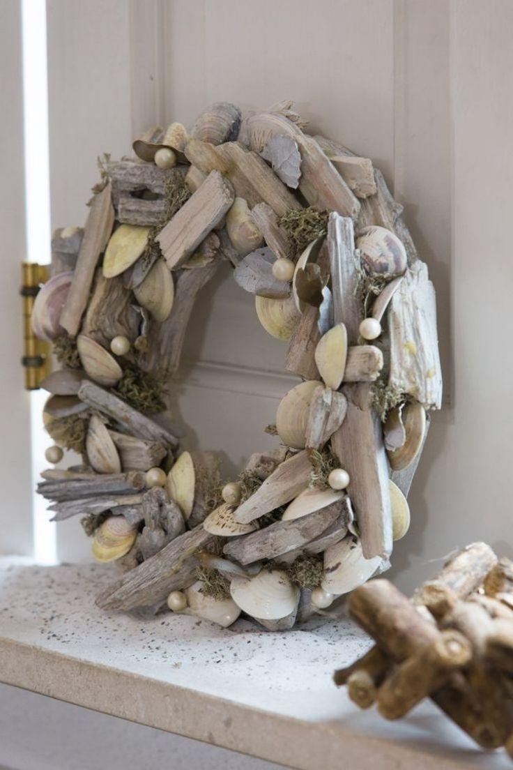 une couronne en bois flotté, coquillages et perles