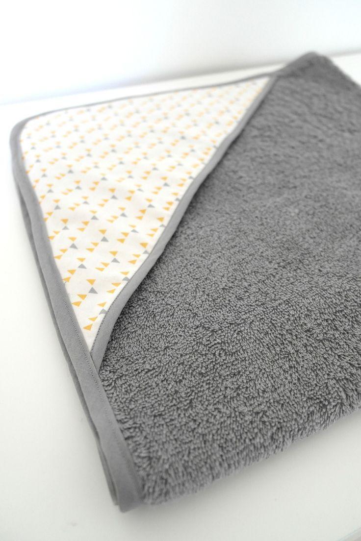 Grande cape de bains en tissu gris et jaune et éponge grise pour bébé tendance !
