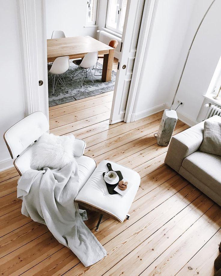 ♥️Altbau Liebe♥️ Hohe Decken, hübscher Stuck und massive Holzdielen in jedem Zimmer: diese Altbauwohnung ein absolute Wohntraum!Das Lammfell-Kissen Cozy sorgt für flauschigen Sitzkomfort auf den gemütlichen Sessel. Ein tierisches Style-Upgrade mit Kuscheleffekt! // Altbau Wohnzimmer WohnzimmerIdeen Einrichten Wohnideen Fell Sessel Ideen Leseecke Dekorieren#Altbau#Wohnzimmer #Sessel #WohnzimmerIdeen #Deko #Leseecke @pauline_no_15