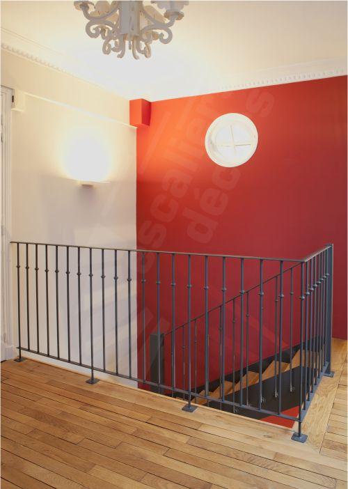 Photo DT78 - Escalier 2 quartiers tournants style bistrot en métal et bois. Garde-corps d'étage en protection vide trémie identique à la rampe sauf sur lisse basse en partie basse. Modèle déposé - © Photo : Nicolas GRANDMAISON