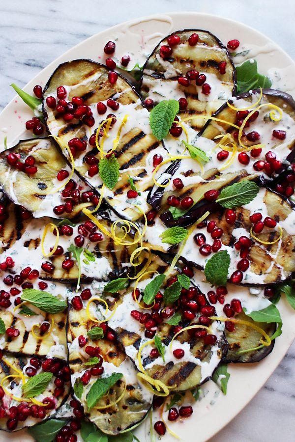 Culy Homemade: gegrilde aubergine met yoghurt-muntsaus en granaatappelpitjes