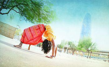 Каталонский йога фотограф и режиссер, Wari Om, путешествует по миру и снимает людей, практикующих йогу. В своих работах он стремится передать суть йоги и атмосферу практики. Он также является сертифицированным преподавателем йоги, у   Wari Om есть йога школа в Барселоне - Omshanti Yoga Studio