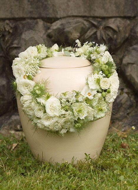 Blumenschmuck auf einer Urne
