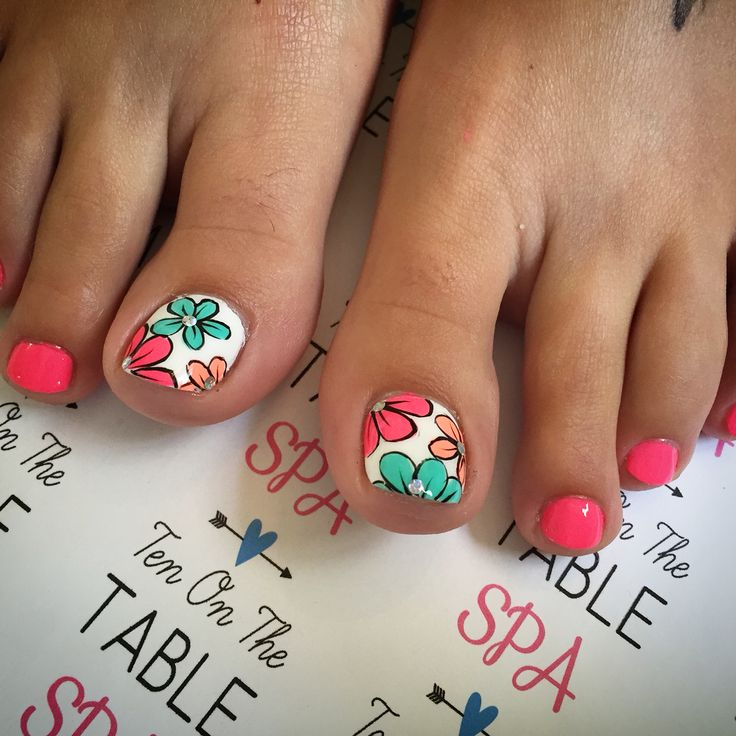 Flower nail art. Pedicure polish. Summer nail designs.
