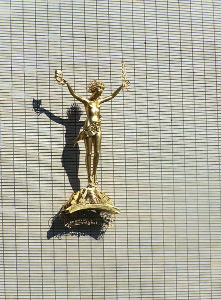 'De verhevenheid der kunst boven de nood des tijds' , ook wel bekend als Muze van Leo Brom Dit beeld van de edelsmid Leo Brom en de architect Willem Dudok is aan de gevel van de Stadsschouwburg Utrecht bevestigd. Het ruim twee meter hoge beeld is uit koper gedreven en verguld. Brom vervaardigde het in 1940-1941 voor de nieuwe schouwburg. Het kunstwerk bestaat uit een muze die in haar ene hand een masker hooghoudt en in haar andere hand een lauwertakje. Aan haar voeten bevindt zich…