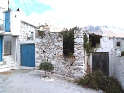 An old traditional village house of 100m² is for sale, attached to the neighbour houses, in need of renovation and situated on a plot of approximately 80m², close to the village square, accessible from two different paths...