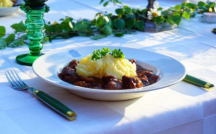 Vad sägs om en mustig köttgryta? Njut av dofterna som sprider sig i hemmet medan den puttrar på spisen. Servera gärna med hemgjord potatismos som suger upp