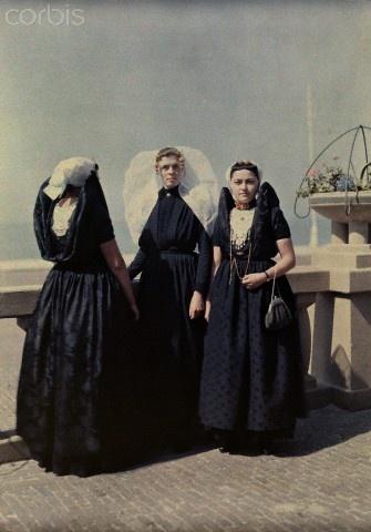 Women pose in folk costume. 1931 #Zeeland #Axel