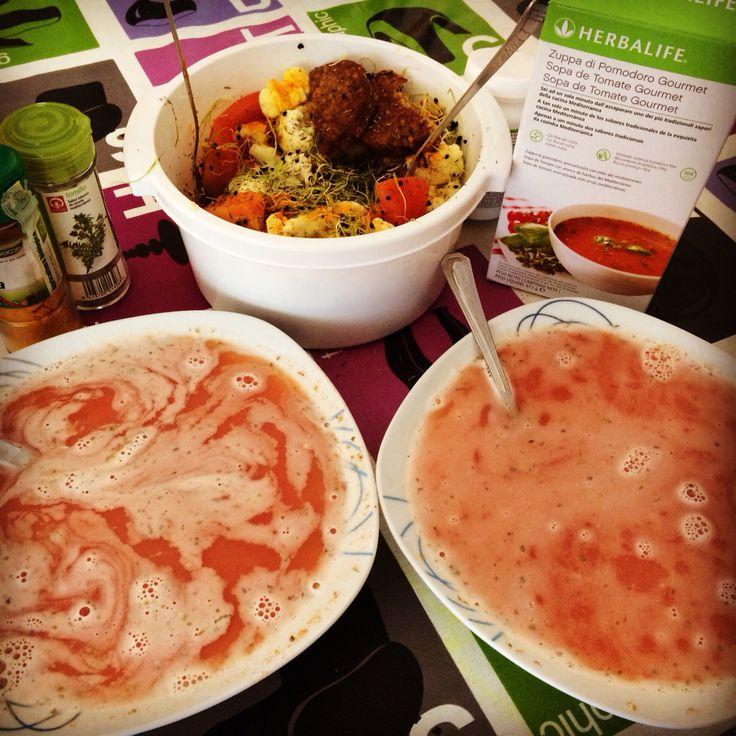 ¿Qué comemos hoy? De entrante una sopa de tomate Gourmet Herbalife. Como plato central para compartir con dos personas, una coliflor cruda, con brotes de cebolla, tomate y una hamburguesa de tofu y champiñones.  #vidasana #recetas #comerbien  #crudiveganos #herbalife #nutrición
