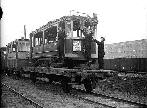 erugkeer van geroofde trams uit Duitsland, Cruquiusweg, 2 oktober 1946 Foto Ben van Meerendonk / AHF, collectie IISG, Amsterdam