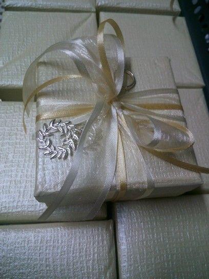 Μπομπονιέρα γάμου κουτι με στεφανακια