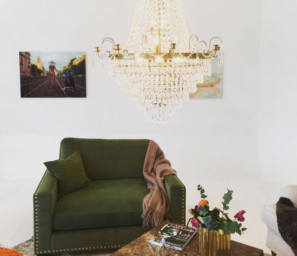 Grön Valen sammetsfåtölj loveseat, brunt Jaguaren marmorbord, orange mönstrad Livstycket howard fotpall, vintagematta, kristallkrona, plexiglastavlor. Möbler, inredning, vardagsrum, sammetsmöbler, sammet, fåtölj, matta, vintage, marmor, soffbord, pall, mohair, pläd, filt, nitar, mässing. http://sweef.se/