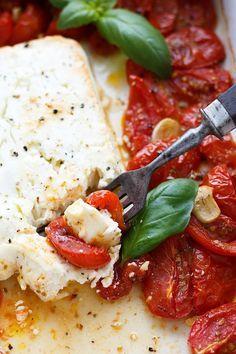 Gebackener Schafskäse mit Tomaten aus dem Ofen mit Feta, Cherrytomaten, Knoblauch, Olivenöl und Oregano. SO einfach und in 5 Minuten vorbereitet - Kochkarussell.com