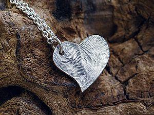 Серебряная подвеска 'Сердце' ко дню Святого Валентина. Дорогие друзья, мы бы хотели предложить Вам замечательный вариант подарка к Дню Святого Валентина - подвеску в форме сердца, уникальная особенность которой заключается в текстуре поверхности - отпечатком вашего пальца! Украшение из чистого серебра, которое хранит тепло Ваших рук и к тому же четко персонализировано - достойный подарок любимому человеку.