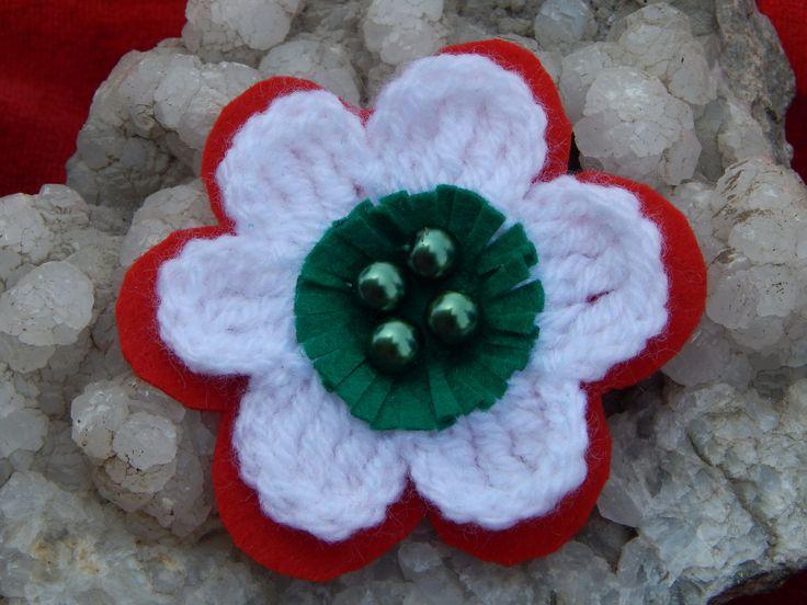 Nemzeti színű virág, a piros és a zöld filc, a fehér horgolt virág. A virág közepét s.zöld tekla gyönggyel díszítettem.
