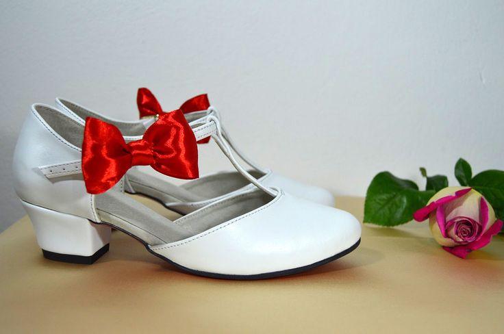 Svatební boty retro styl Model Tina T-styl. Eko kůže bílá, červená podrážka poligum + zdobení mašlí. svatební boty, svatební obuv, svadobné topánky, svadobná obuv, obuv na mieru, topánky podľa vlastného návrhu, pohodlné svatební boty, svatební lodičky, svatební boty na nízkém podpatku, nude boty, boty v telové barvě, svatební boty na nízkém podpatku, balerínky, pohodlné svatební boty, Retro svadobné topánky biela + červená