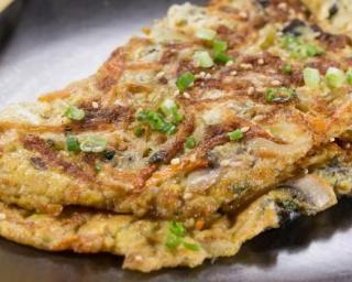 Omelette légère champignons, oignons et ciboulette : http://www.fourchette-et-bikini.fr/recettes/recettes-minceur/omelette-legere-champignons-oignons-et-ciboulette.html