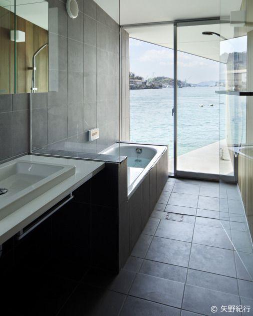 . 床も壁もシックなタイルを使用した浴室です . 海を眺めながら入浴できる素敵なバスルーム . 引き戸の外側には木製ルーバー戸があり外からの視線対策もばっちりで開放感いっぱいです . . 尾道の家 #SupposeDesignOffice . . #バスルーム#浴室 #bath #タイルライフ #tilelife  #家づくり #マイホーム #マイホーム計画 #マイホーム計画中 #住宅設計 #住宅デザイン #住宅建築 #住まい #住まいづくり #建築家 #工務店 #戸建 #一戸建て #新築 #リノベーション #リフォーム #ハウスノート #housenote
