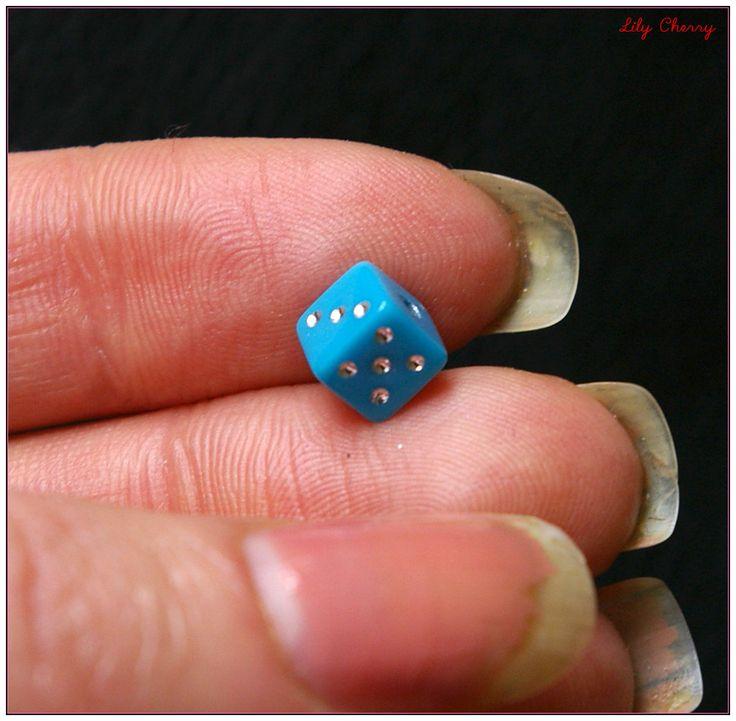 Perle dés a jouer bleu 6mm x1 : Perles en Plastique par lilycherry