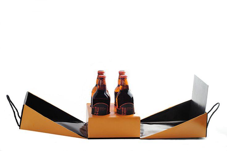 Индонезийский дизайнер Windy Wiguna создала дизайнерский проект упаковки для новой марки бельгийского премиального пива TUSSEN.  Целью данного проекта является создание уникальной упаковки для 4-х бутылок пива и дизайна этой упаковки, который бы выделил новый сорт среди других сортов бельгийского пива.  Уникальная конструкция коробки состоит из основы с отверстиями для четырех бутылок и крышки, состоящей из двух половинок, снабженных веревочными ручками. На словах описать эту коробку сложно…