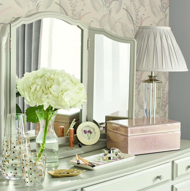 Трехстворчатое зеркало красиво разместить на туалетном столике в спальне или ванной комнате. Рама зеркала в белом цвете - изысканно и стильно