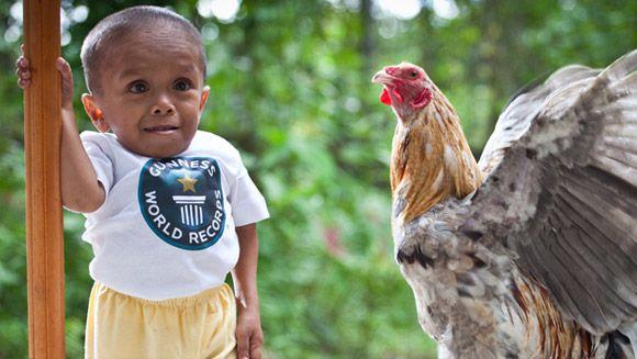El hombre corta vida fue Junrey Balawing (Filipinas, b.12 junio de 1993) que mide 59,93 cm (23,5 pulgadas) de altura que se han verificado en Sindangan Centro de Salud Sindangan, Zamboanga del Norte, Filipinas, el 12 de junio de 2011.