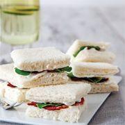 Rokalı ve füme etli sandviç